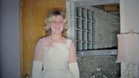 HARTFORD, CONN. 1967 : Maman obtenant la fille prête pour la danse de bal d'étudiants de lycée banque de vidéos