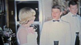 HARTFORD, CONN. 1967 : Moments maladroits de date de bal d'étudiants où les garçons viennent à la maison de parents clips vidéos