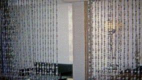HARTFORD, CONN. 1967 : Salles perlées privées de mélange de rideau en boissons de rétro barman banque de vidéos