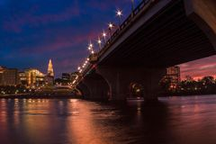 Hartford Connecticut en el paisaje urbano y la puesta del sol hermosos de la oscuridad imágenes de archivo libres de regalías