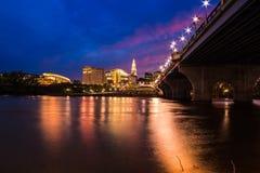 Hartford Connecticut en el paisaje urbano y la puesta del sol hermosos de la oscuridad fotografía de archivo libre de regalías