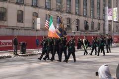 Hartford polisenmedlemmar marscherar i dagen för St Patrick ` s ståtar fotografering för bildbyråer
