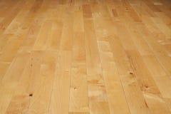 Hartholzbasketballplatzboden angesehen von einem niedrigen Winkel Stockfoto