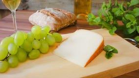 Hartkäse mit Weißwein Trauben und Brot stock footage