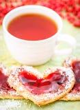 Hartkoekjes met jam en thee stock fotografie