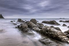 Hartland, Devon, Ηνωμένο Βασίλειο, όμορφο seascape, μυστηριώδης βράχος στοκ φωτογραφίες