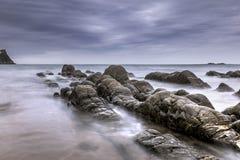 Hartland, Devon, Regno Unito, bella vista sul mare, roccia sinistra fotografie stock