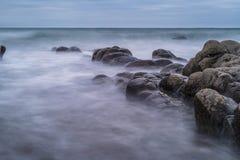 Hartland, Devon, Regno Unito, vista sul mare drammatica, roccia sinistra f fotografie stock libere da diritti