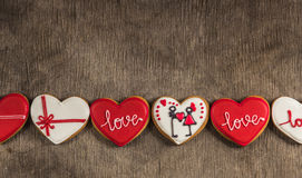 Hartliefde gekleurde koekjes op Valentijnskaartendag Stock Foto