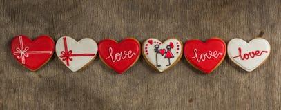 Hartliefde gekleurde koekjes op Valentijnskaartendag Stock Fotografie