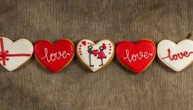 Hartliefde gekleurde koekjes op Valentijnskaartendag Stock Foto's