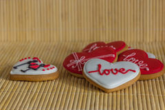 Hartliefde gekleurde koekjes op Valentijnskaartendag Royalty-vrije Stock Afbeelding