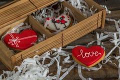Hartliefde gekleurde koekjes op Valentijnskaartendag Stock Afbeeldingen