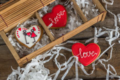 Hartliefde gekleurde koekjes op Valentijnskaartendag Royalty-vrije Stock Foto's