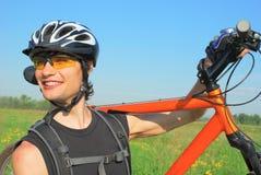 Hartnäckiger Radfahrer mit seinem Fahrrad Stockbild