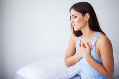 Hartpijn Mooie Vrouw die aan Pijn in de Kwesties van de Borstgezondheid lijden stock afbeeldingen