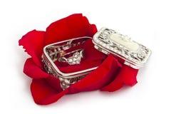 Hartring met Rose Petals Stock Foto's