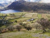Hartsop-Dörfchen mit Feldern und Bruder-Wasser Lizenzfreies Stockfoto