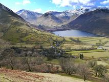 Hartsop hamlet with Brothers Water behind Royalty Free Stock Photos