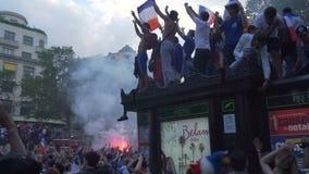 Hartstocht van mensen voor voetbal, de Weg van Champs Elysees in Parijs in Frankrijk na de Wereldbeker van 2018 stock footage