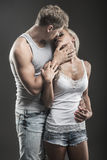 Hartstochtelijk jong paar in liefde op dark stock afbeelding