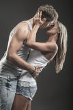 Hartstochtelijk jong paar in liefde op dark stock foto's