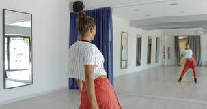 Hartstochtelijke danser in studio stock videobeelden