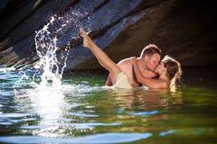 Hartstochtelijke kus met plonsen Stock Afbeeldingen