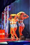 Hartstochtelijke vrouwelijke moderne dansers op stadium Stock Fotografie