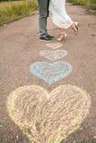 Hartsymbolen met kleurpotloden op grond worden gevormd die Stock Afbeelding