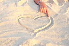 Hartsymbool in zand 2 wordt getrokken die Stock Fotografie