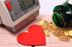 Hartvorm, bloeddrukmonitor en tabletten op elektrocardiogram Stock Fotografie