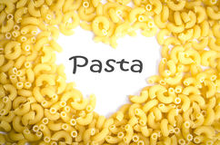 Hartvorm door Italiaanse Macaronideegwaren op wit Royalty-vrije Stock Foto's