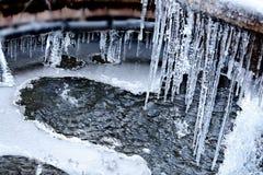 Hartvorm door smeltend ijs in de fontein wordt gecreeerd die Royalty-vrije Stock Foto's