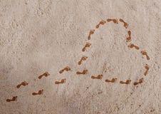 Hartvorm met voetafdrukken op het zand Royalty-vrije Stock Afbeelding