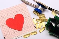 Hartvorm op elektrocardiogramgrafiek en stethoscoop met tabletten Royalty-vrije Stock Fotografie