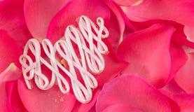 Hartvorm uit draad op roze bloemblaadjes wordt gemaakt dat royalty-vrije stock foto's