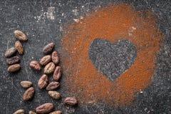 Hartvorm van cacaopoeder dat wordt gemaakt royalty-vrije stock fotografie