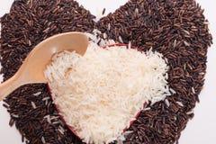 Hartvorm van mengeling van jusminrijst en riceberry rijst Royalty-vrije Stock Afbeeldingen