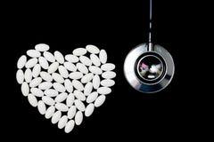 Hartvorm van witte pillen wordt gemaakt die Stock Foto's