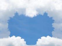 Hartvorm van wolk in blauwe hemel De dag van de valentijnskaart `s Liefdesymbool voor achtergrond Stock Foto
