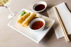 Harumaki de la comida de Japanise en la placa Imagen de archivo libre de regalías