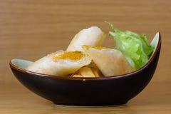 Harumaki, gebraden die broodjes in beslag met garnalenpulp, met paprika op smaak wordt gebracht, diende met groene salade royalty-vrije stock afbeeldingen