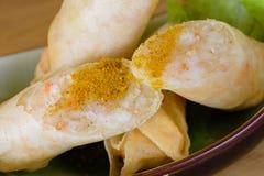 Harumaki, gebratene Rollen im Teig mit der Garnelenmasse, gewürzt mit dem Paprika, gedient mit grünem Salat auf einer Boot-för lizenzfreie stockfotos