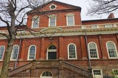 Harvard Hall på den Harvard gården av Harvarduniversitetet i Cambridge Royaltyfri Foto