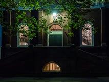 Harvard Hall på Harvarduniversitetetuniversitetsområdet på en Juni afton Royaltyfria Bilder