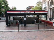 Harvard MBTA stationsingång i den Harvard fyrkanten Arkivfoto