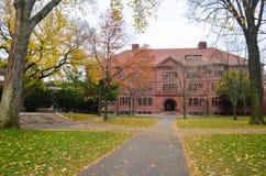 Harvarduniversitetetbyggnaden i Cambridge, Massachusetts, USA royaltyfria foton