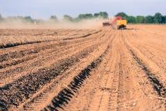 harvering的土豆 免版税库存照片