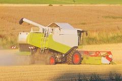 Harvester på ett fält arkivfoton